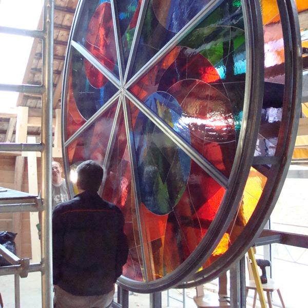 """04.01.2010 – Glasfarbenspiel mit zwei übereinander gelagerten drehbaren Rädern von Walter Loosli für die Stiftung """" Licht-Glas-Wärme-Farbe"""" Cudrefin02 in Cudrefin, Schweiz"""