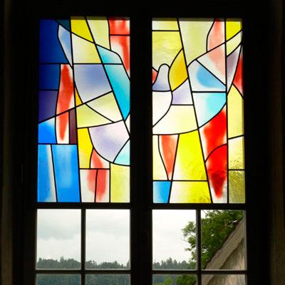 28.08.2012 – Eines von drei Chorfenstern von Walter Loosli in der ref. Kirche in Schlosswil im Emmental, Schweiz